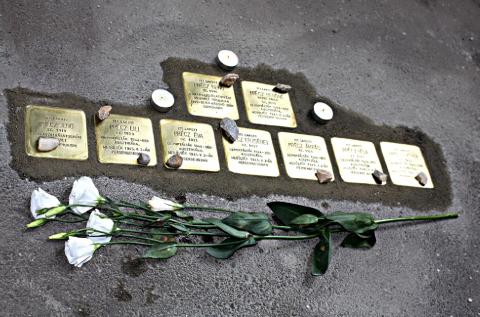 Elértük! Debrecen polgármestere felülbírálta korábbi döntését, mégis botlatókövek emlékeztetnek a városban a holokauszt áldozataira